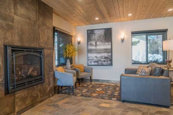 The fireplace and lobby of the Aspenalt Lodge